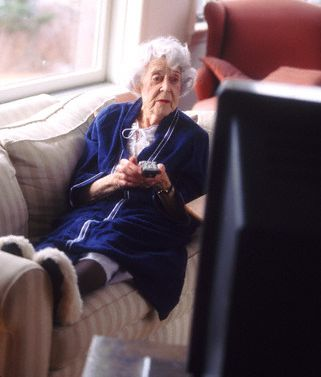 seniorka przed telewizorem