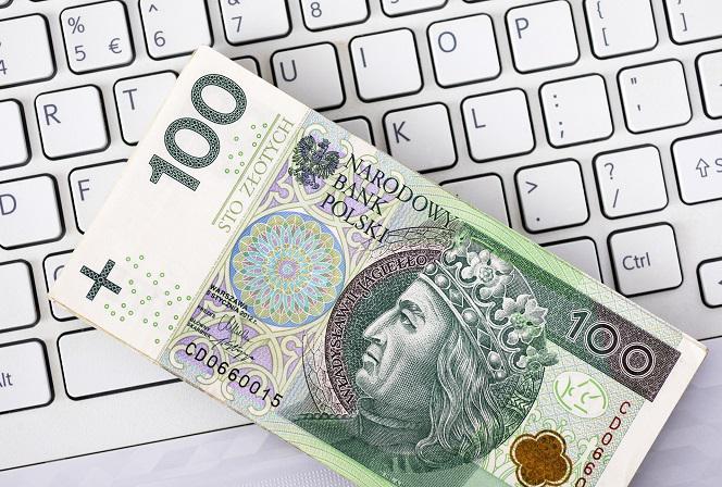 Banknot leżący na klawiaturze