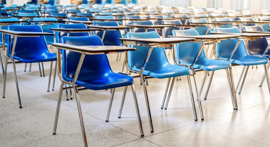 Pusta sala zajęciowa z krzesłami
