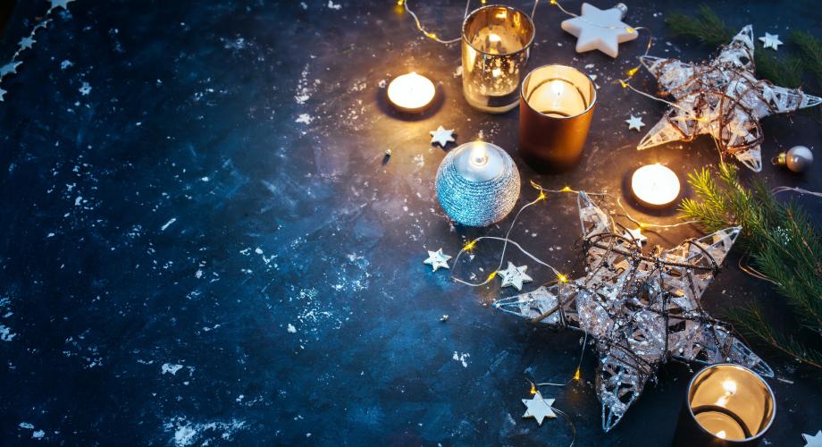 Ozdoby świąteczne zaaranżowane w układzie