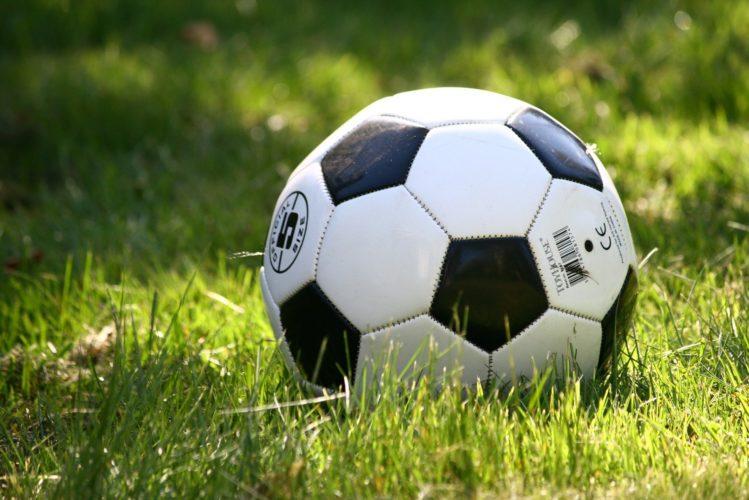 piłka piłkarz boisko