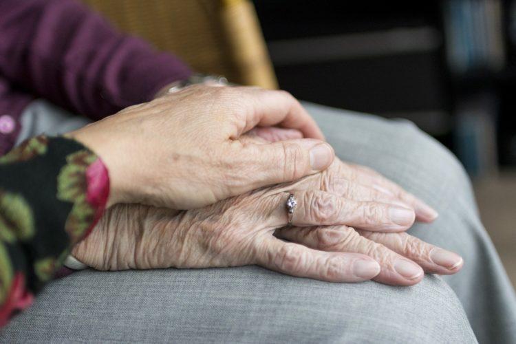 ręce podeszły wiek starość opieka